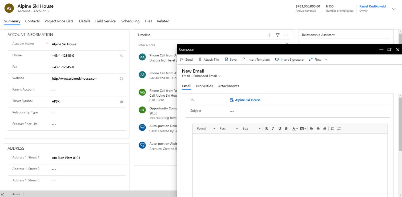 """Praca z e-mailami, ich odbieranie, wysyłanie, przeglądanie w kontekście zdarzeń w historii relacji z danym Klientem, to codzienność pracowników działów sprzedaży. Przez wiele lat działania Microsoft Dynamics CRM, handlowcy byli skazani na pracę w Outlooku, aby wykorzystać w pełni kontekstowe możliwości wiadomości e-mail. Od kwietnia 2020 uległo to zasadniczej zmianie. E-mail to podstawa pracy każdego handlowca. Integralny element kontaktu z Klientem, rzecz, bez której nie istnieje codzienność funkcjonowania w sprzedaży. Tworzenie e-maili jest więc chlebem powszednim i wszystkim, którzy wykonują tę czynność po kilkadziesiąt czy kilkaset razy dziennie zależy, aby była ona jak najprostsza, a przy okazji ułatwiała orientację - do kogo piszemy, dlaczego piszemy, w jakim celu piszemy.  Naprzeciwko tym oczekiwaniom wychodzi całkowicie nowy, rozbudowany, kontekstowy edytor wiadomości e-mail w Microsoft Dynamics 365 Sales, który pozwala na sprawne i szybkie wysyłanie e-maili bez wykorzystywania Microsoft Outlook. Handlowiec wreszcie może rozpocząć pracę z e-mailem z poziomu systemu CRM i w tym samym systemie ją skończyć. W tym celu użytkownicy dostali do ręki szereg narzędzi i usprawnień, które przybliżają funkcjonalność wysyłania maili do sposobu znanego nam z wysłużonego Outlooka.  Nowy e-mail w oknie typu """"popup"""" W obserwacjach użytkowników systemu Dynamics CRM, dotyczących e-maili, przewijało się jak mantra jedno pytanie: """"dlaczego e-maile nie otwierają się w nowym, małym okienku, tak jak w Outlooku? Dlaczego nie mogę spojrzeć na kontekst innych e-maili, innych informacji na Kliencie, tylko muszę tego szukać w kolejnych oknach przeglądarki?"""". Microsoft postanowił wreszcie zaadresować i rozwiązać ten problem. Teraz, po kliknięciu na osi czasu naszego Klienta polecenia utworzenia nowego maila, wyświetla się nam funkcjonalny popup, dzięki któremu możemy łatwo sprawdzić informacje o tym Kliencie, wcześniejsze zdarzenia na jego osi czasu, pisząc dzięki temu maila w kontekście"""