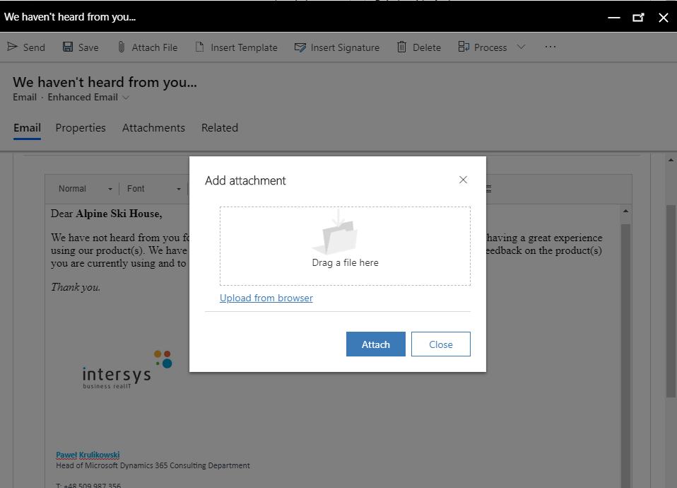 """Praca z e-mailami, ich odbieranie, wysyłanie, przeglądanie w kontekście zdarzeń w historii relacji z danym Klientem, to codzienność pracowników działów sprzedaży. Przez wiele lat działania Microsoft Dynamics CRM, handlowcy byli skazani na pracę w Outlooku, aby wykorzystać w pełni kontekstowe możliwości wiadomości e-mail. Od kwietnia 2020 uległo to zasadniczej zmianie. E-mail to podstawa pracy każdego handlowca. Integralny element kontaktu z Klientem, rzecz, bez której nie istnieje codzienność funkcjonowania w sprzedaży. Tworzenie e-maili jest więc chlebem powszednim i wszystkim, którzy wykonują tę czynność po kilkadziesiąt czy kilkaset razy dziennie zależy, aby była ona jak najprostsza, a przy okazji ułatwiała orientację - do kogo piszemy, dlaczego piszemy, w jakim celu piszemy. Naprzeciwko tym oczekiwaniom wychodzi całkowicie nowy, rozbudowany, kontekstowy edytor wiadomości e-mail w Microsoft Dynamics 365 Sales, który pozwala na sprawne i szybkie wysyłanie e-maili bez wykorzystywania Microsoft Outlook. Handlowiec wreszcie może rozpocząć pracę z e-mailem z poziomu systemu CRM i w tym samym systemie ją skończyć. W tym celu użytkownicy dostali do ręki szereg narzędzi i usprawnień, które przybliżają funkcjonalność wysyłania maili do sposobu znanego nam z wysłużonego Outlooka. Nowy e-mail w oknie typu """"popup"""" W obserwacjach użytkowników systemu Dynamics CRM, dotyczących e-maili, przewijało się jak mantra jedno pytanie: """"dlaczego e-maile nie otwierają się w nowym, małym okienku, tak jak w Outlooku? Dlaczego nie mogę spojrzeć na kontekst innych e-maili, innych informacji na Kliencie, tylko muszę tego szukać w kolejnych oknach przeglądarki?"""". Microsoft postanowił wreszcie zaadresować i rozwiązać ten problem. Teraz, po kliknięciu na osi czasu naszego Klienta polecenia utworzenia nowego maila, wyświetla się nam funkcjonalny popup, dzięki któremu możemy łatwo sprawdzić informacje o tym Kliencie, wcześniejsze zdarzenia na jego osi czasu, pisząc dzięki temu maila w kontekście w"""